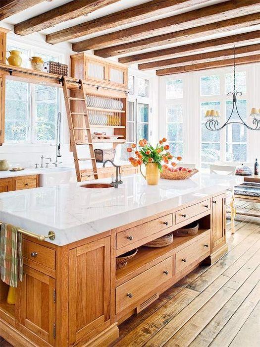 Древесные балки на кухне