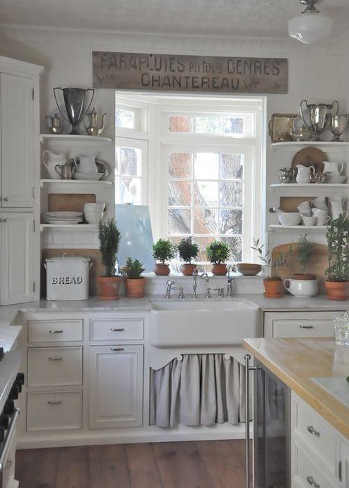 Посуду в деревенской кюхне выставляют напокоз