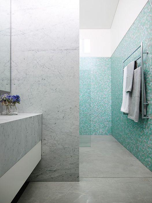 Сего-голубой интерьер ванной комнаты