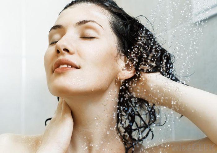 6. Мыть волосы тёплой водой