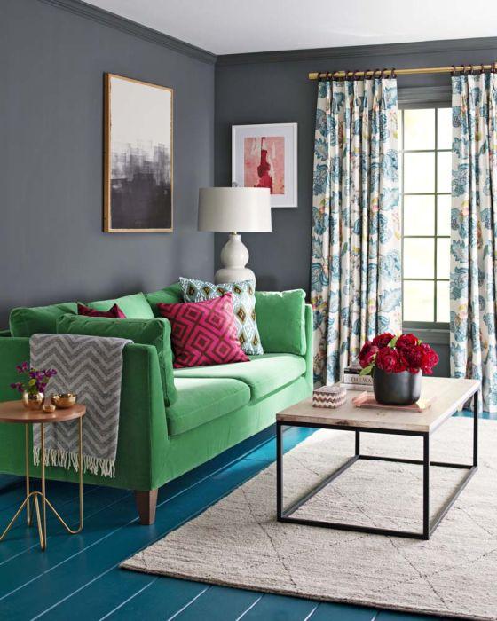 Контрастное сочетание декоративных подушек и обивки дивана