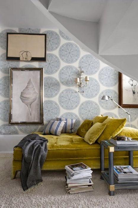 Красивый бархатный диван способен приковать к себе внимание