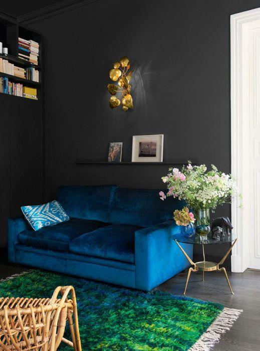 Стоит поэкспериментировать с цветом дивана и стен