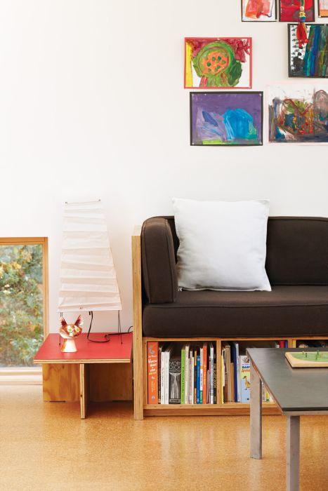 Коричневый диван - практичное решение для небольшой гостиной