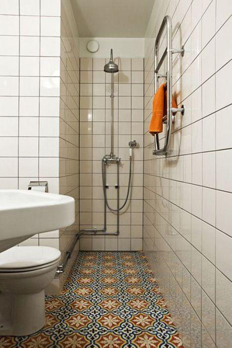 Яркий пол отвлекает от главного недостатка помещения - его размера