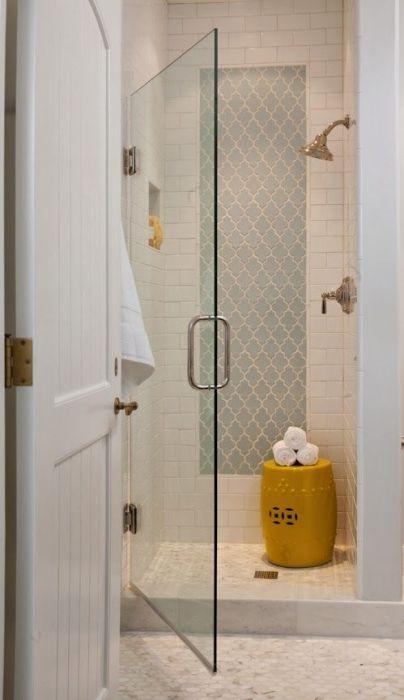 Стеклянная дверь, ведущая в душевую зону