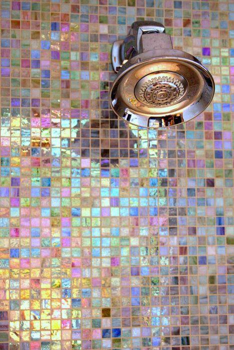 Перламутровая мозаичная плитка отлично подходит для отделки душевой