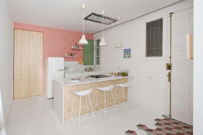 Любимый ретро-холодильник переехал в новый дом со старого интерьера