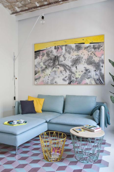 Голубой диван освежает интерьер