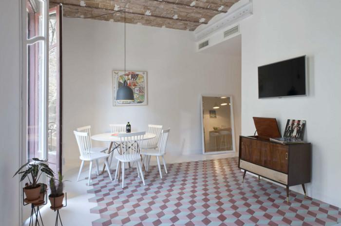 Керамическая плитка на полу - традиционный элемент испанских построек начала 20-го века