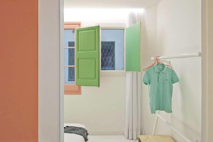 Разноцветные окна придают интерьеру особый колорит