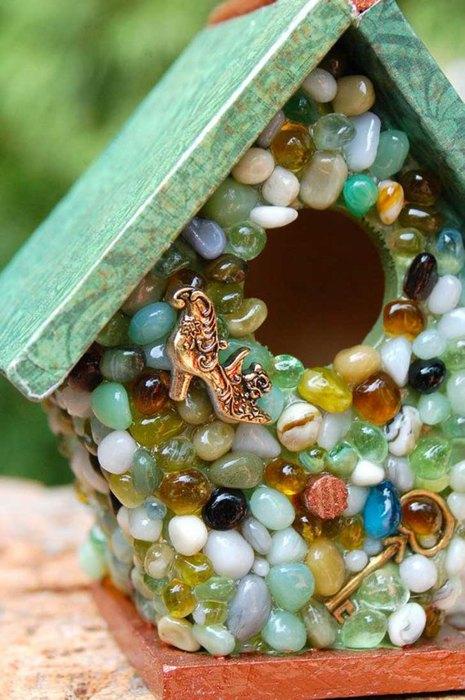 Домик для птиц можно украсить морскими камушками