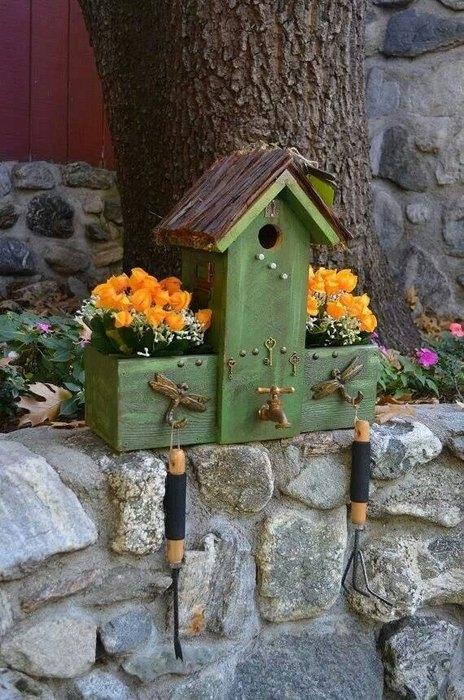 Домик для птиц может выполнять функцию вешалки, для садового инвентаря
