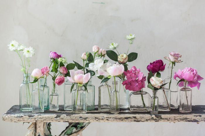 Простые вазы и нежные цветы