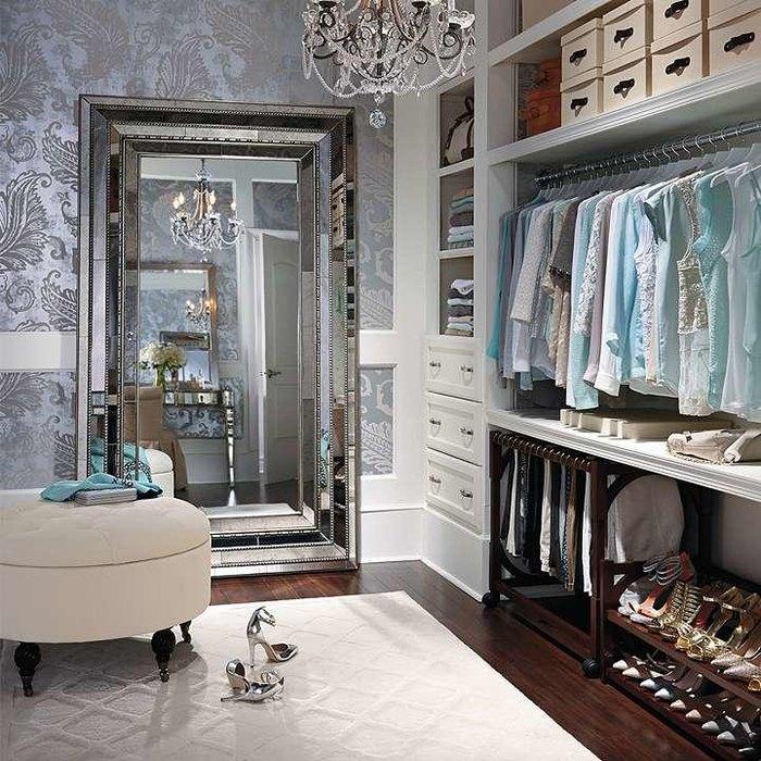 Удобный пуф в гардеробной