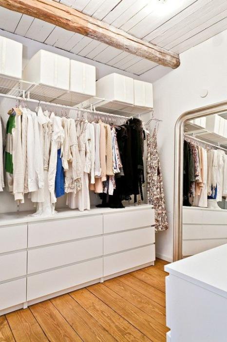 Светлая и просторная гардеробная