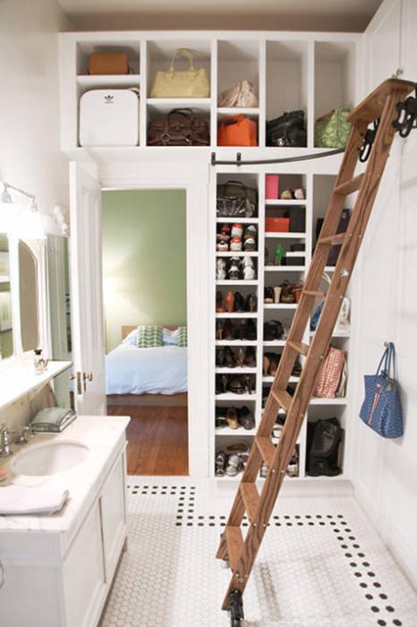 Лестница поможет добраться до верхних ящиков и полок