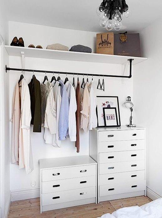 Если у вас нет отдельной гардеробной, отведите для хранения вещей одну стену в спальне