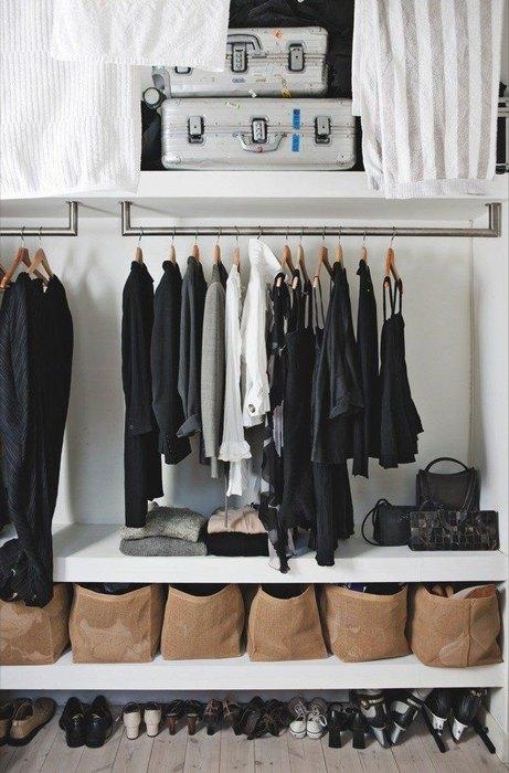 Сделайте мини-гардеробную в нише