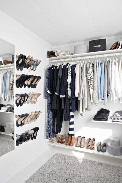Удобно хранить обувь на стене