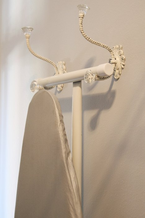 Гладильная доска на крючках для одежды