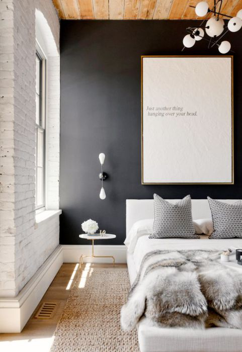 Нейтральная акцентная стена в спальне