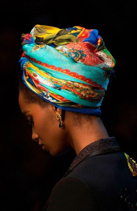 Пример того, как модно носить платок этой весной