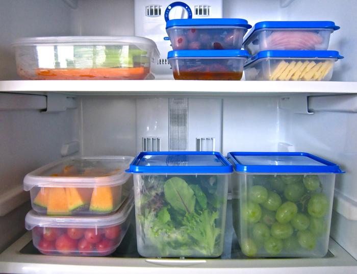 Хранить продукты лучше в специальных пластиковых контейнерах и пищевой плёнке