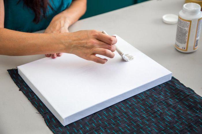Картонные коробки декорировали кусками ткани