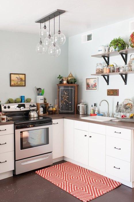 Стильные открытые полочки в интерьере маленькой кухни