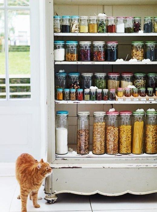 Хранить крупы удобно в пластиковых и стеклянных банках