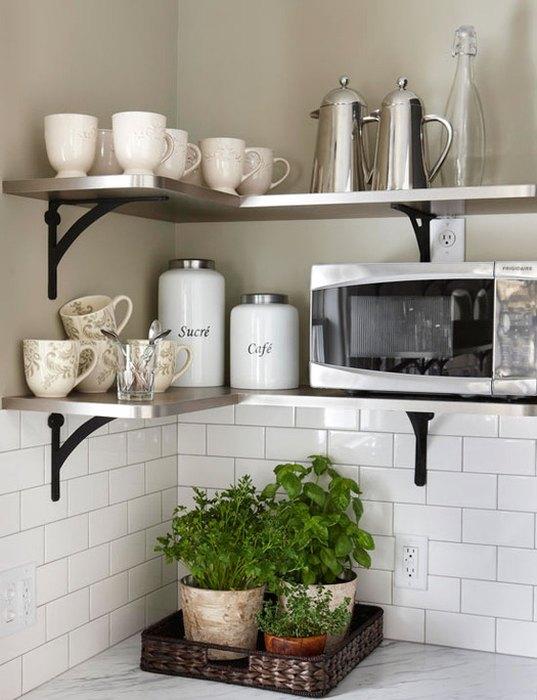 На открытых полочках можно хранить посуду