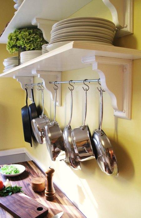 Кастрюли и сковородки на рейлингах