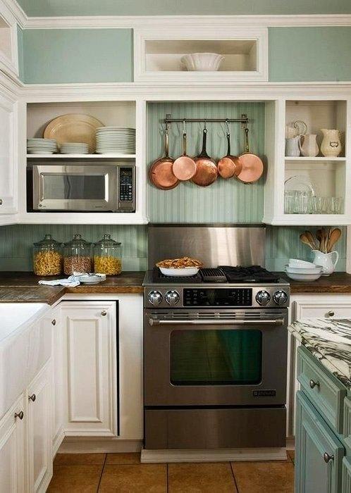 Повесить кастрюли и сковороды можно прямо на стену
