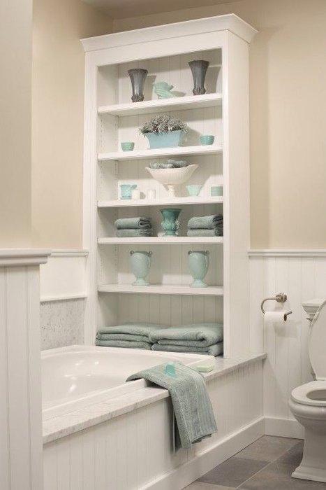 Можно задействовать для хранения стену около ванны