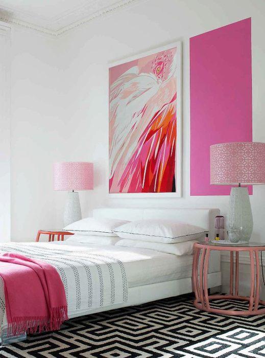 Розовый цвет на полотне поддерживается пледом того же оттенка на кровати