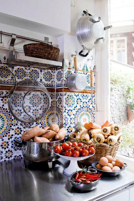 Колоритная плитка на кухне