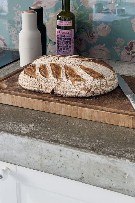 Необычно видеть на такой кухне бетонные столешницы
