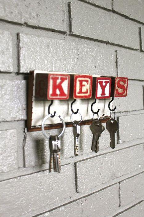 Украсить ключницу можно буквами