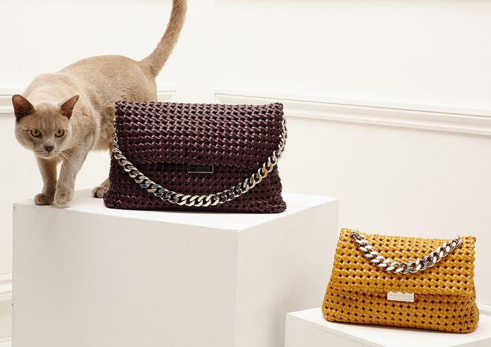 Кошка рекламирует сумки