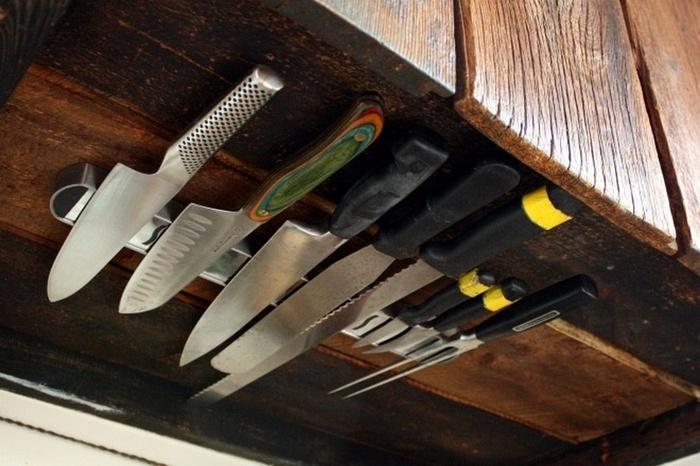 Ножики можно спрятать под навесным шкафом
