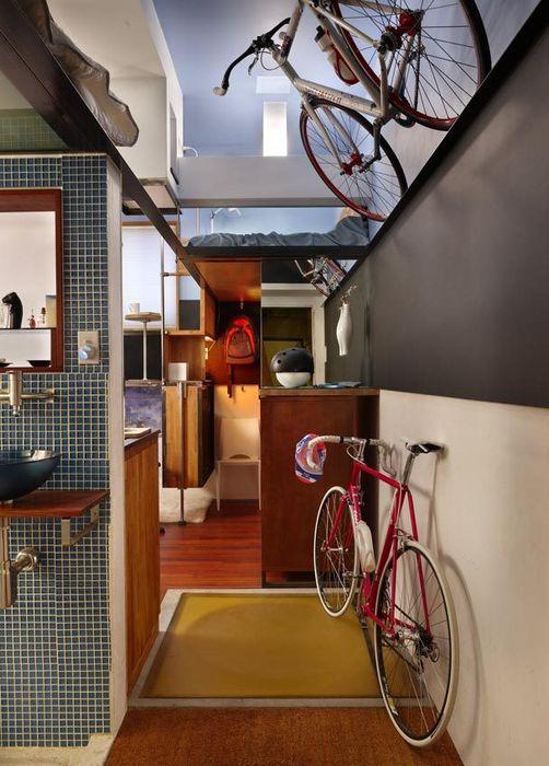 Хозяин квартиры обожает велосипеды