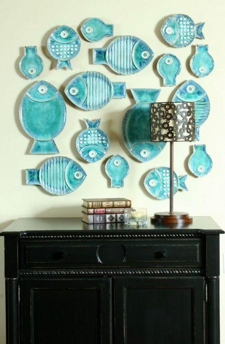 Интересная композиция из декоративных тарелок
