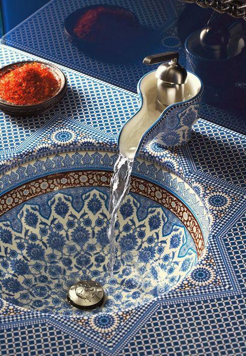 Раковина, украшенная марокканской мозаикой
