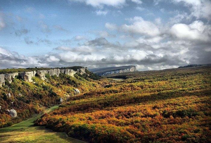 Вид с пещерного города на окрестности. Осенний пейзаж.