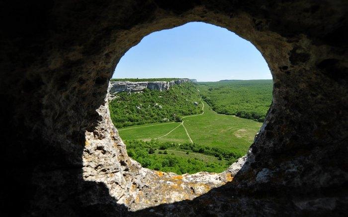 Вид на зелёные пейзажи с пещеры