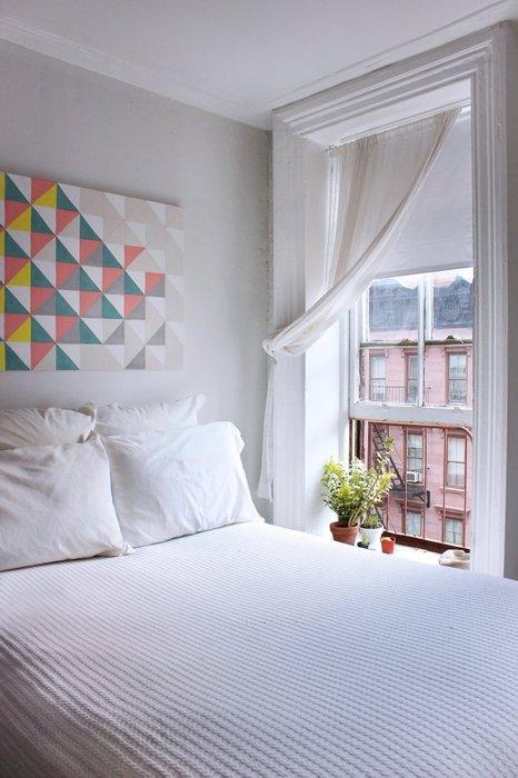 Ромбы на стене разбавляют строгость белого цвета