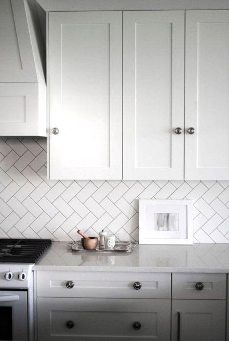 Диагональное расположение плитки на кухонном фартуке