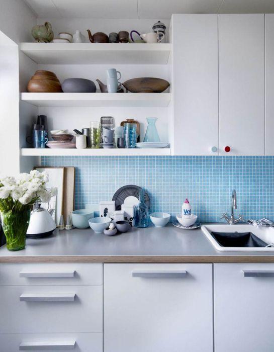 Голубой кухонный фартук - отличное решение для тесной кухни