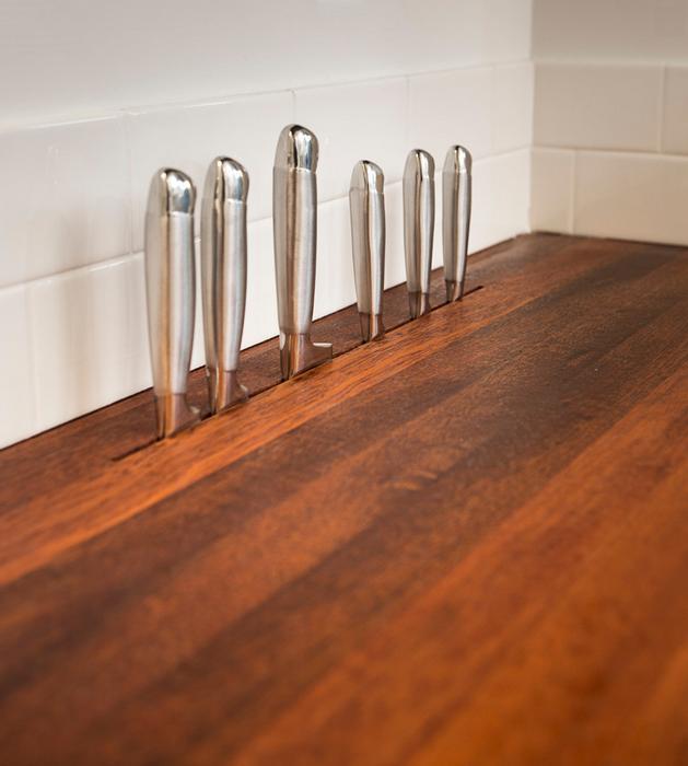Для хранения ножей можно проделать небольшие отверстия в рабочей столешнице